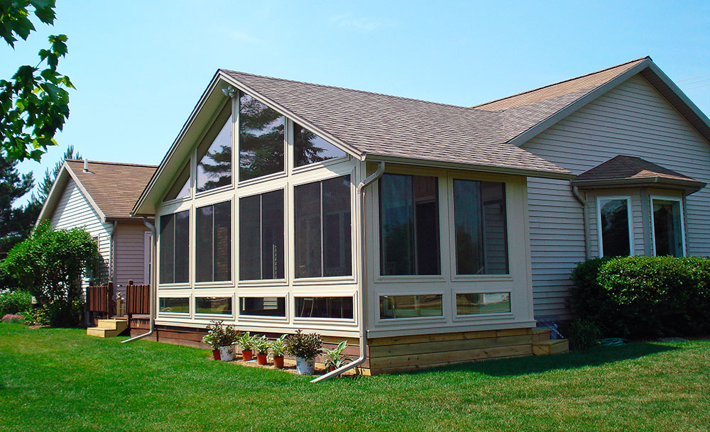 Sunroom additions and construction in wisconsin for Pictures of room additions